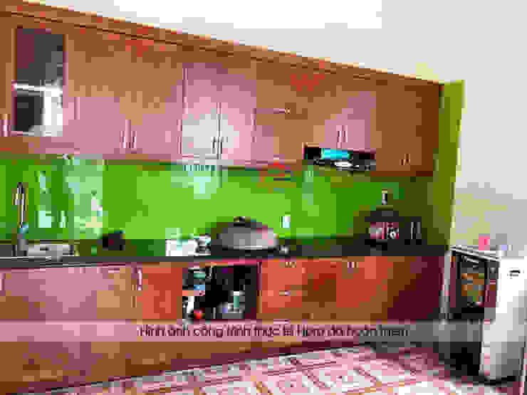 Hình ảnh thực tế bộ tủ bếp gỗ xoan đào màu cánh gián nhà chú Ước - Thường Tín: hiện đại  by Nội thất Hpro, Hiện đại