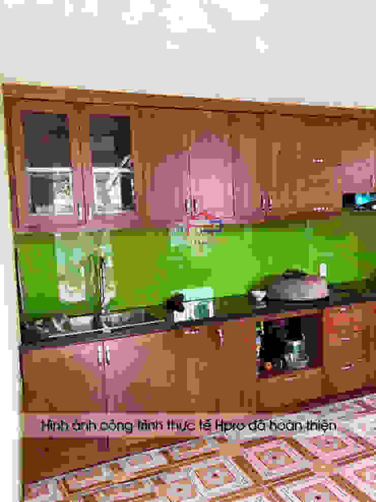 Hình ảnh thực tế bộ tủ bếp gỗ xoan đào chữ I nhà chú Ước - Thường Tín: hiện đại  by Nội thất Hpro, Hiện đại