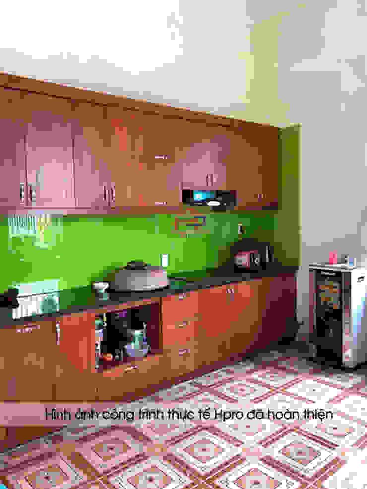Hình ảnh thiết kế 3D bộ tủ bếp gỗ xoan đào Hoàng Anh Gia Lai nhà chú Ước - Thường Tín: hiện đại  by Nội thất Hpro, Hiện đại