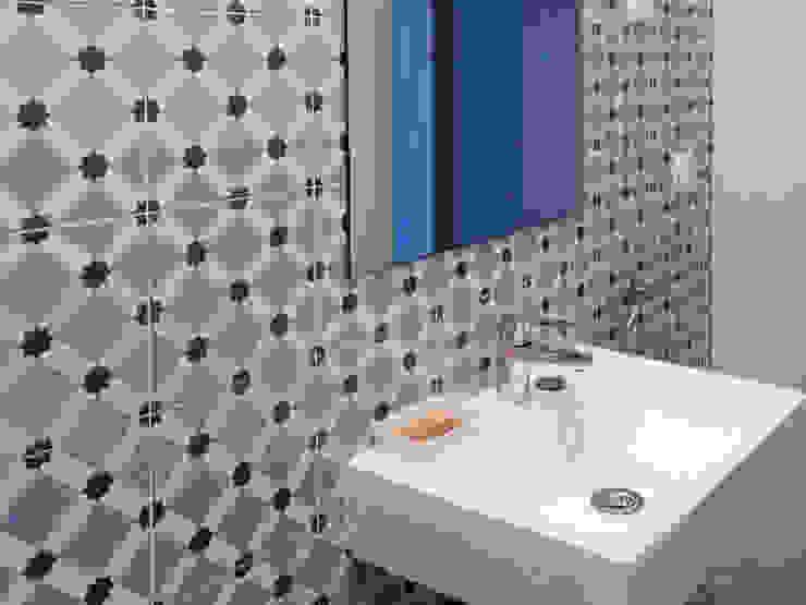 Baño con motivos geométricos en tonos azules para una casa rural en Segovia Baños de estilo mediterráneo de CARMITA DESIGN diseño de interiores en Madrid Mediterráneo Cerámico