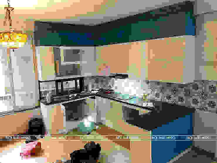 Hình ảnh thực tế bộ tủ bếp acrylic kết hợp gỗ MDF lõi xanh sơn bệt nhà anh Đạt - Đông Anh: scandinavian  by Nội thất Hpro, Bắc Âu