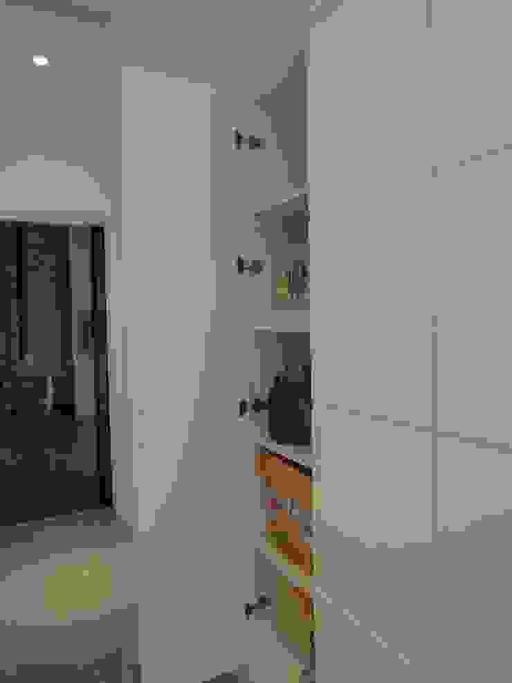 走道收納 現代風玄關、走廊與階梯 根據 houseda 現代風 合板