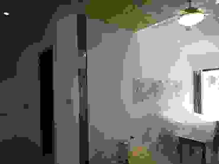 起居室 现代客厅設計點子、靈感 & 圖片 根據 houseda 現代風 玻璃