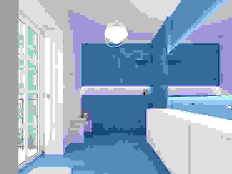 Minimalist bathroom by martimsousaemelo Minimalist Concrete