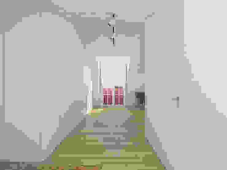Minimalist dressing room by martimsousaemelo Minimalist Wood Wood effect