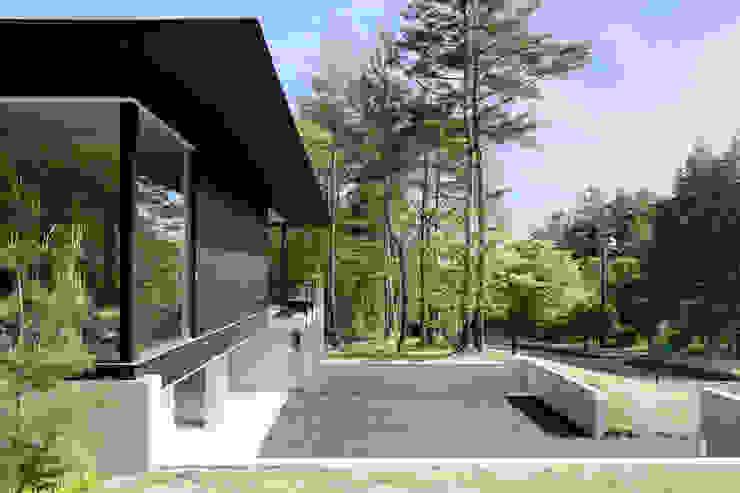 atelier137 ARCHITECTURAL DESIGN OFFICE Casas modernas Madera Negro