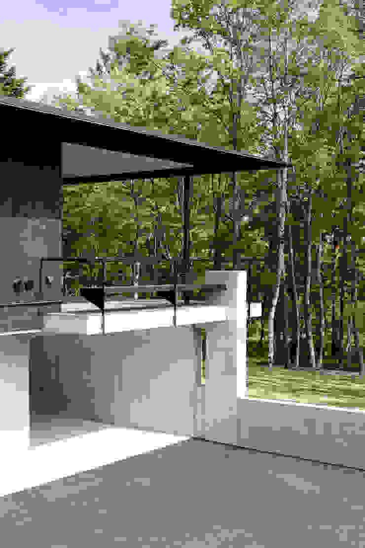 atelier137 ARCHITECTURAL DESIGN OFFICE Balcones y terrazas de estilo moderno Madera Negro