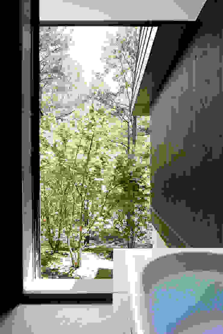 atelier137 ARCHITECTURAL DESIGN OFFICE Baños de estilo moderno Azulejos Gris