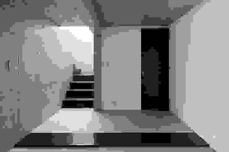 atelier137 ARCHITECTURAL DESIGN OFFICE Pasillos, vestíbulos y escaleras de estilo moderno Concreto Gris