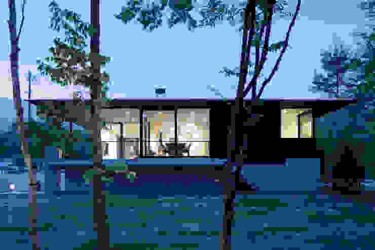 atelier137 ARCHITECTURAL DESIGN OFFICE Casas de campo Madera Negro