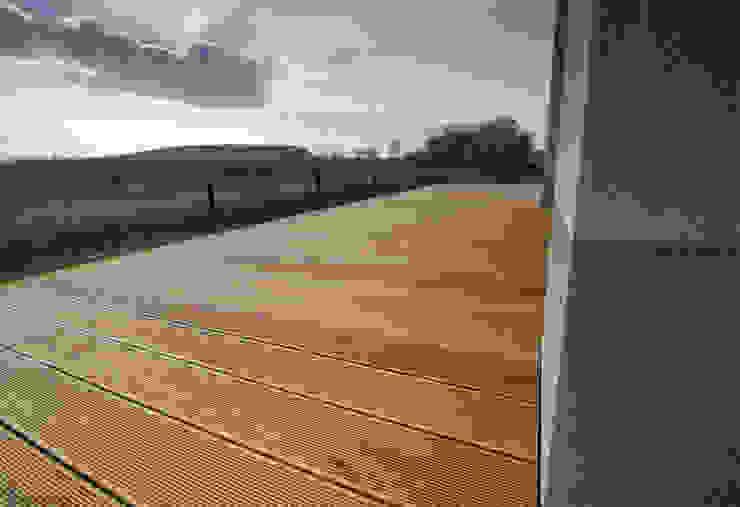 Balcone, Veranda & Terrazza in stile moderno di Bednarski - Usługi Ogólnobudowlane Moderno Legno Effetto legno