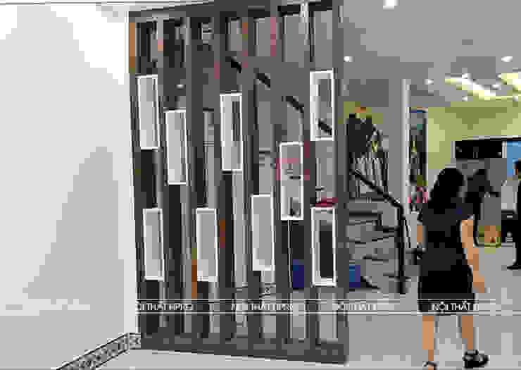 Hình ảnh thực tế vách ngăn trang trí phòng khách và nhà bếp nhà anh Hòa - Lạng Sơn: hiện đại  by Nội thất Hpro, Hiện đại