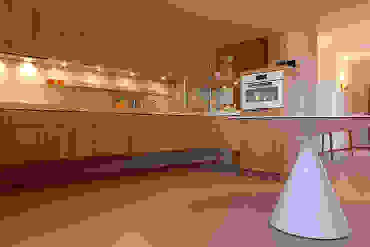 Luminoso appartamento in città a Torino: Pavimento in stile  di Neo Resina su misura,