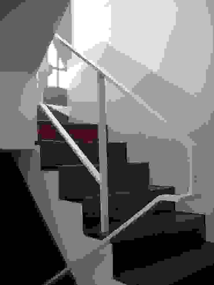 Escalera Interior de vivienda de asieracuriola arquitectos en San Sebastian Moderno Metal