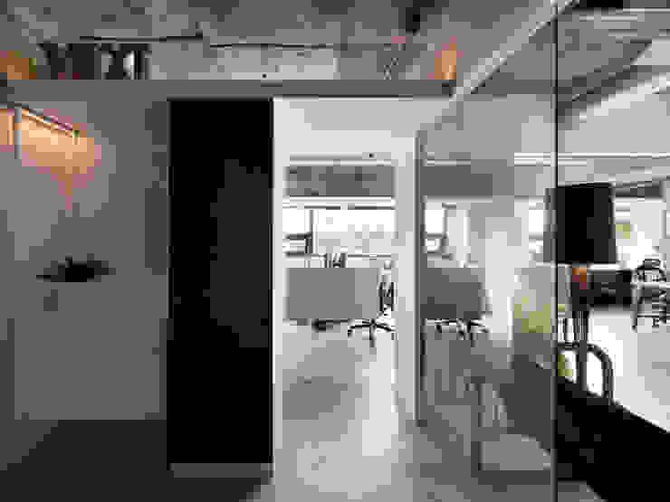 LOBBY 工業風的玄關、走廊與階梯 根據 物杰設計 工業風 金屬