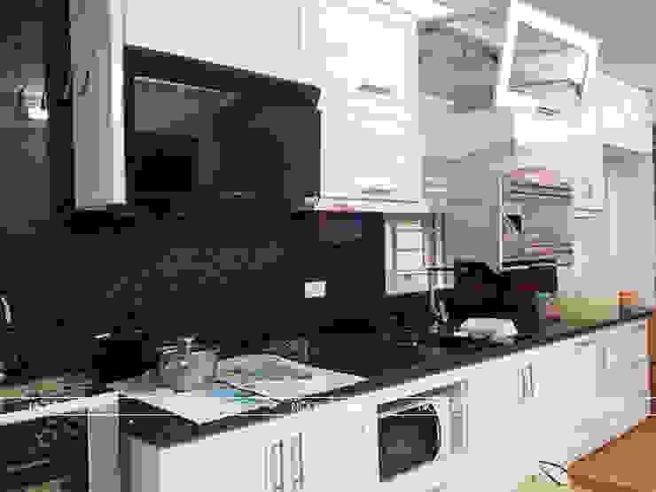 Hình ảnh thực tế bộ tủ bếp MDF lõi xanh sơn trắng nhà anh Hiệp - Trần Hưng Đạo: hiện đại  by Nội thất Hpro, Hiện đại