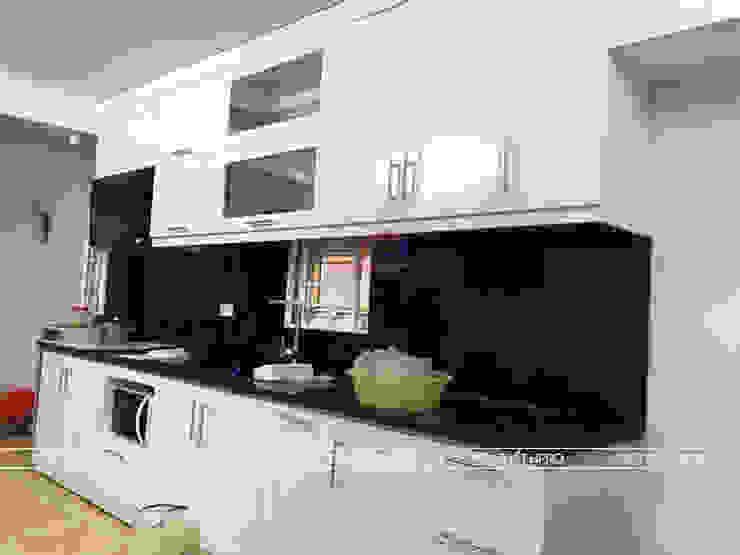 Hình ảnh thực tế bộ tủ bếp MDF lõi xanh sơn bệt màu trắng nhà anh Hiệp - Trần Hưng Đạo: hiện đại  by Nội thất Hpro, Hiện đại