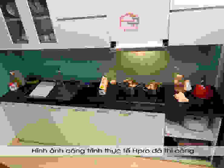 Hình ảnh thực tế bộ tủ bếp acrylic thùng tủ inox 304 nhà anh Tùng - Lạc Long Quân: hiện đại  by Nội thất Hpro, Hiện đại