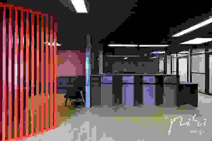Comptoir d'accueil du public et salle d'attente d'une étude notariale en région parisienne.: Bureaux de style  par Alessandra Pisi / Pisi Design Architectes, Moderne Bois Effet bois