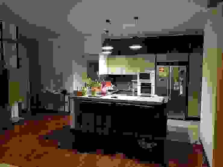 Cucina con penisola L&M design di Marelli Cinzia Cucina attrezzata Legno Effetto legno