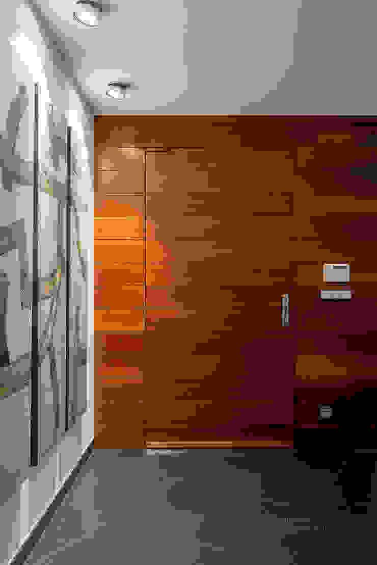 Detalle en madera. Pasillos, vestíbulos y escaleras modernos de arQmonia estudio, Arquitectos de interior, Asturias Moderno
