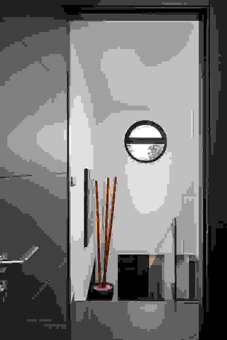 Ojo de buey. Pasillos, vestíbulos y escaleras modernos de arQmonia estudio, Arquitectos de interior, Asturias Moderno