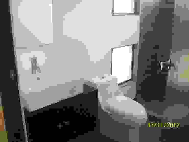 CASA ESTILO INDUSTRIAL BOSQUE TZALAM: Baños de estilo  por ARQ. FRANCISCO GODINEZ ALVA,