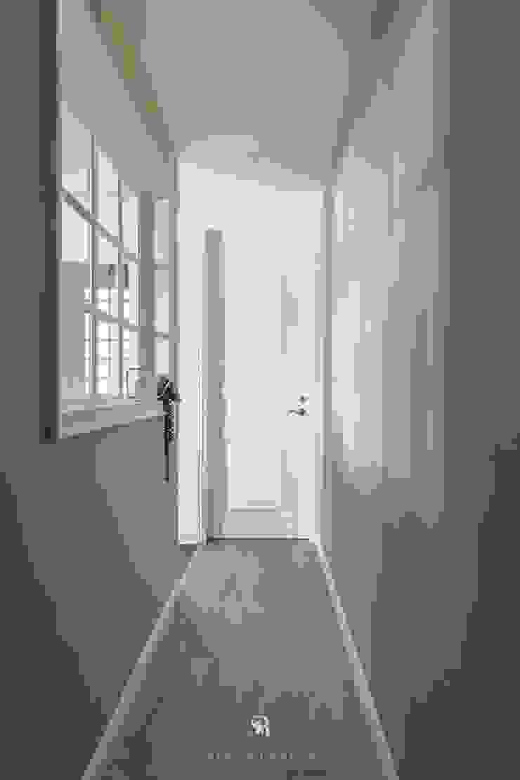 紛染.綿綿|Trochee of Tints 理絲室內設計有限公司 Ris Interior Design Co., Ltd. 走廊 & 玄關 複合木地板 Grey