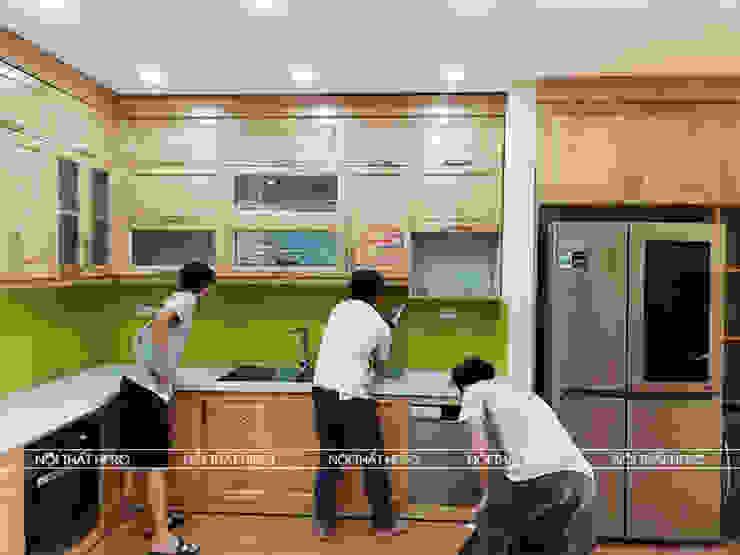 Hình ảnh thực tế bộ tủ bếp gỗ sồi nga kịch trần nhà cô Thúy - Láng Hạ: hiện đại  by Nội thất Hpro, Hiện đại