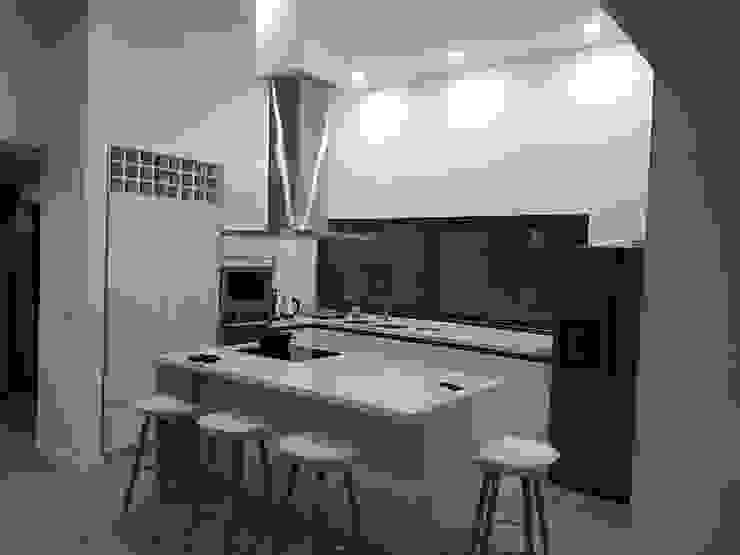 Remodelación de cocina de N&V diseño y construcción Moderno