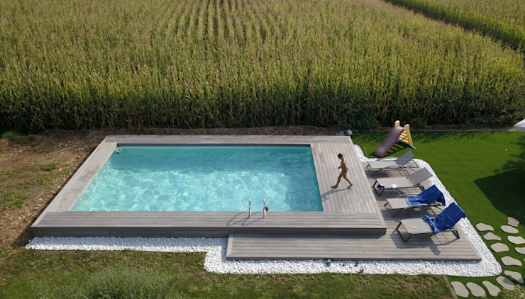 Piscina semi-interrata finita: Piscina in stile  di Aquazzura Piscine, Moderno