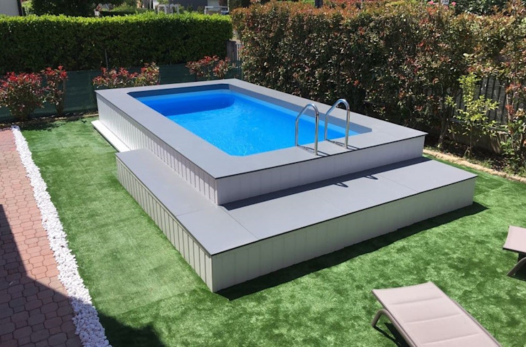 Piscina finita, rivestita wpc: Piscina in stile  di Aquazzura Piscine, Moderno