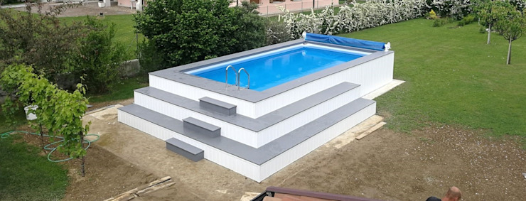Piscina fuori terra ma interrata finita: Piscina in stile  di Aquazzura Piscine, Moderno