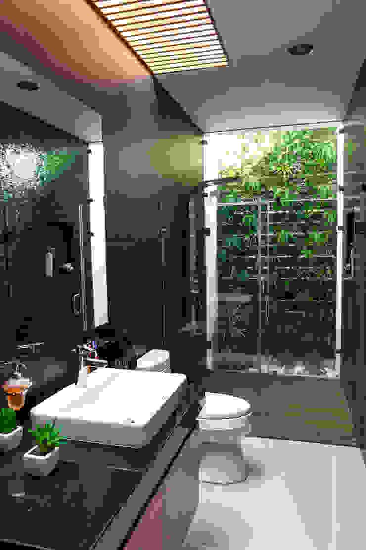 GENETICA ARQ STUDIO 現代浴室設計點子、靈感&圖片 磁磚 Black