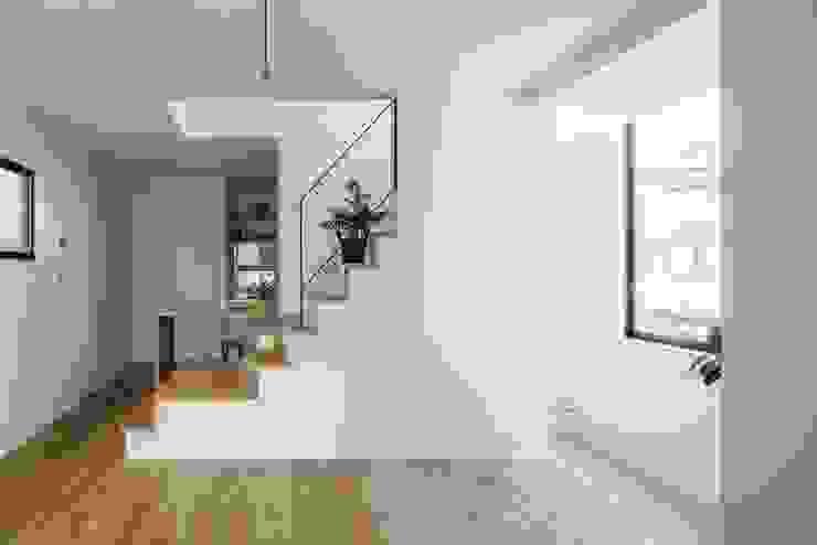 Salon minimaliste par ALTS DESIGN OFFICE Minimaliste