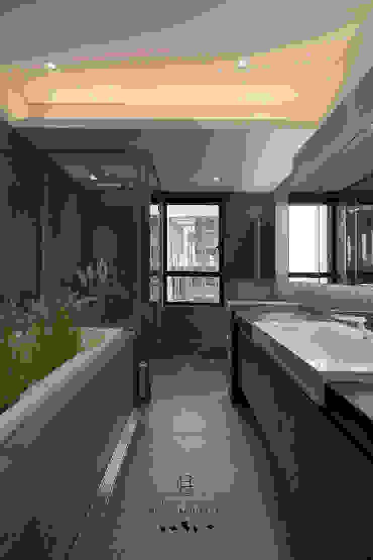 明日陸府 - 現代浴室設計點子、靈感&圖片 根據 行一建築 _ Yuan Architects 現代風