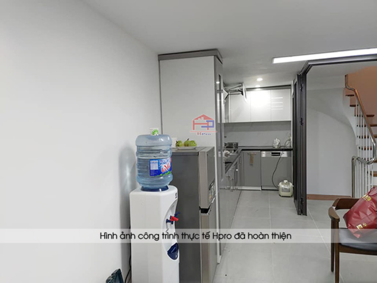 Hình ảnh thiết kế 3D bộ tủ bếp acrylic kèm tủ kho nhà anh Thành - Thụy Khuê: hiện đại  by Nội thất Hpro, Hiện đại