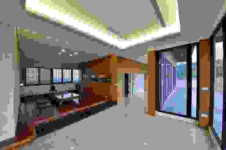 Балкон и терраса в азиатском стиле от 台中室內建築師|利程室內外裝飾 LICHENG Азиатский