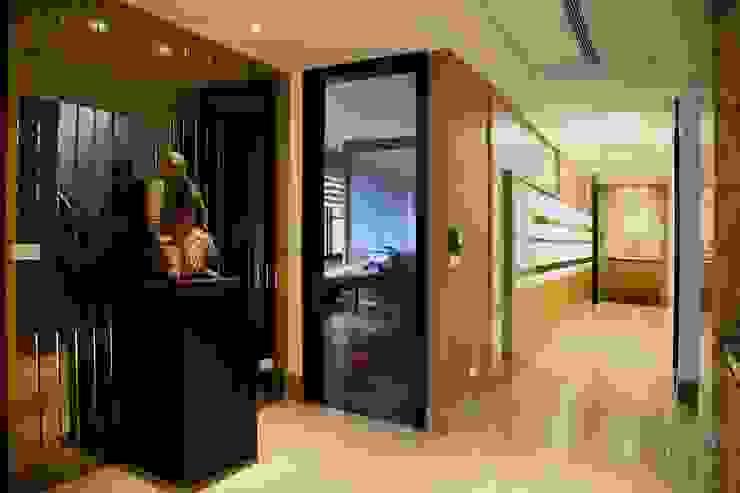 Коридор, прихожая и лестница в азиатском стиле от 台中室內建築師|利程室內外裝飾 LICHENG Азиатский Стекло