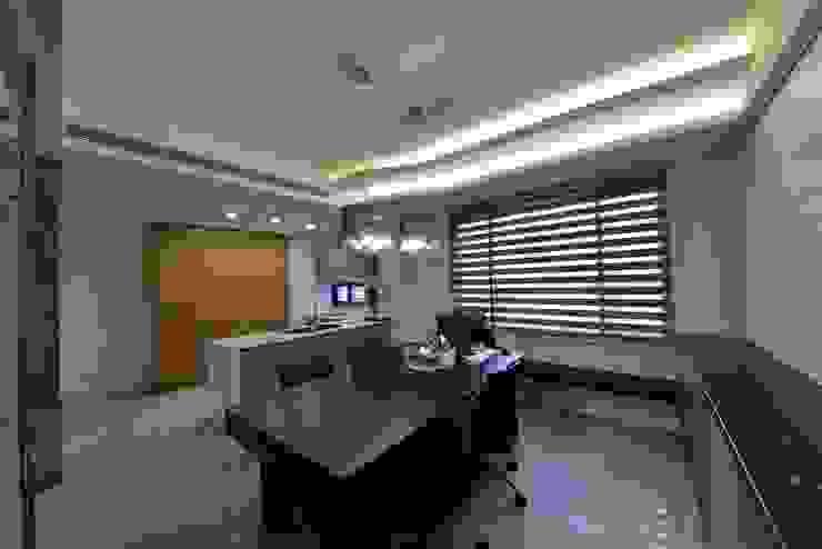 Столовая комната в азиатском стиле от 台中室內建築師|利程室內外裝飾 LICHENG Азиатский