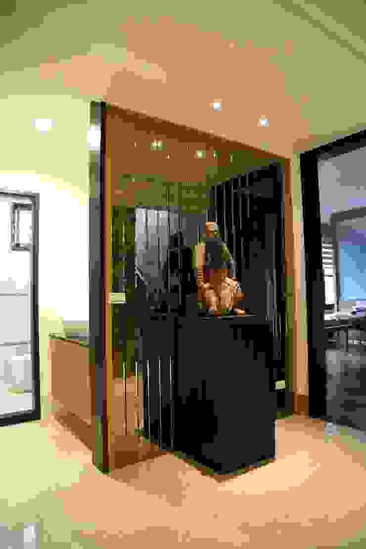 Коридор, прихожая и лестница в азиатском стиле от 台中室內建築師|利程室內外裝飾 LICHENG Азиатский