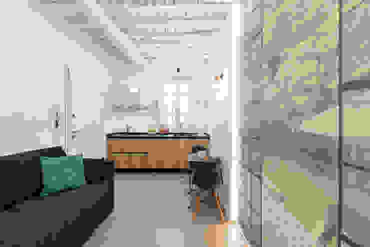 Cocinas modernas de B+P architetti Moderno Madera Acabado en madera