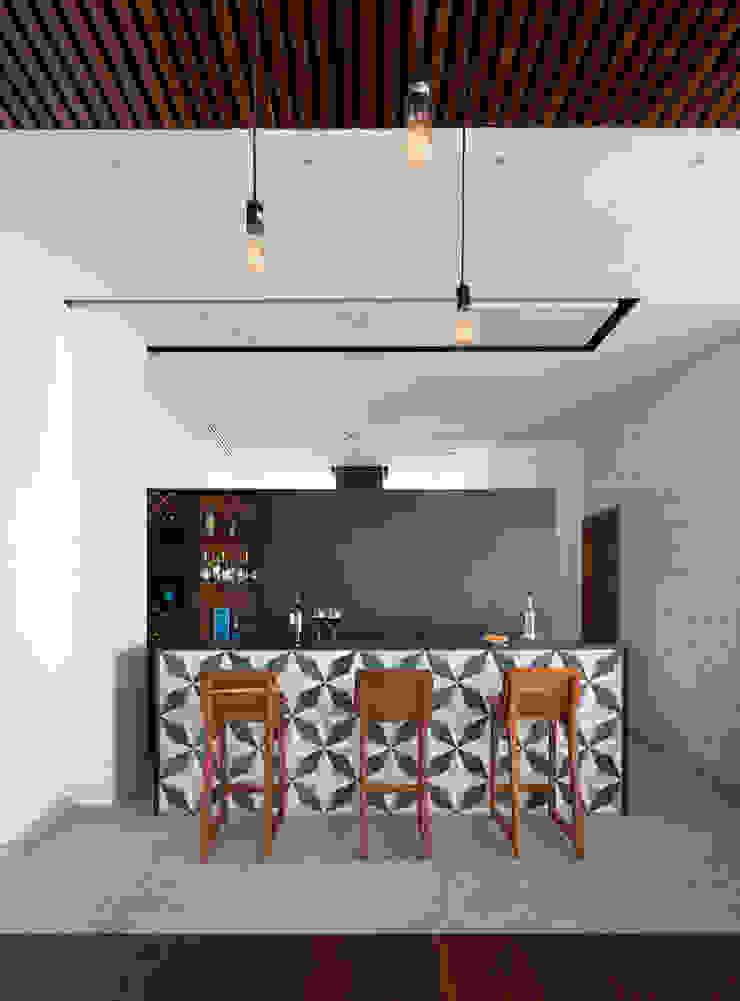 Daniel Cota Arquitectura   Despacho de arquitectos   Cancún Modern dining room Tiles Black