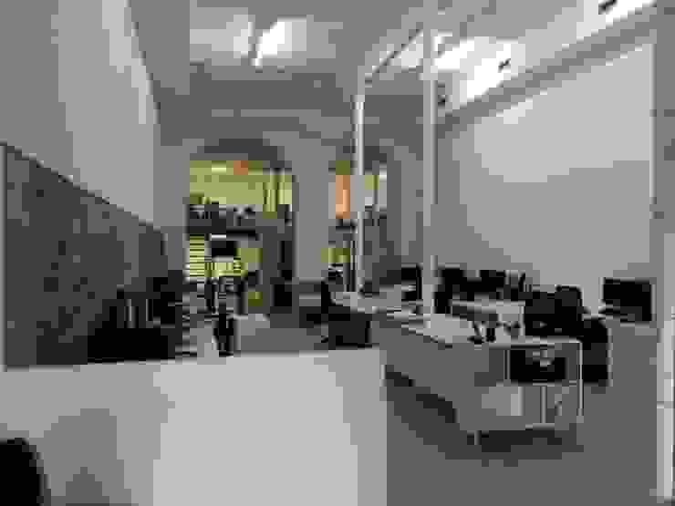 Vista del espacio central O2 eStudio BIM arquitectos S.L.P Oficinas y tiendas de estilo mediterráneo Piedra Multicolor