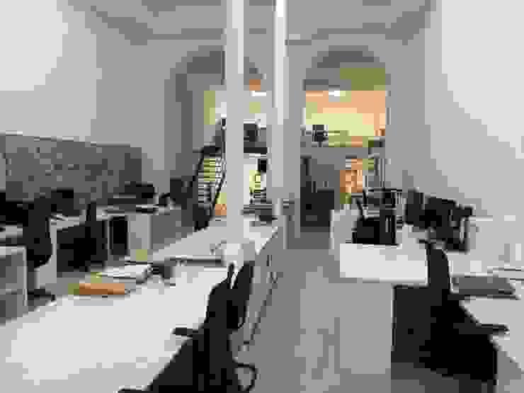 Vista desde la zona central. O2 eStudio BIM arquitectos S.L.P Oficinas y tiendas de estilo mediterráneo Piedra Blanco