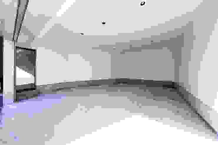 Garajes de estilo ecléctico de STaD(株式会社鈴木貴博建築設計事務所) Ecléctico
