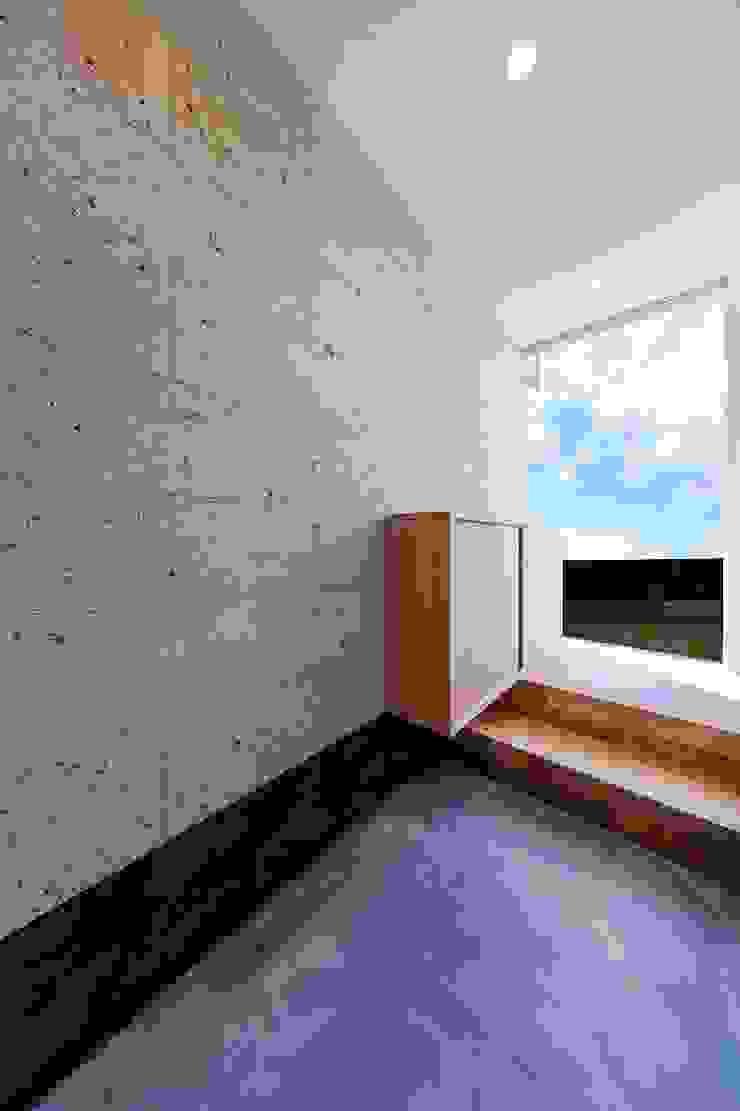 Pasillos, vestíbulos y escaleras de estilo ecléctico de STaD(株式会社鈴木貴博建築設計事務所) Ecléctico
