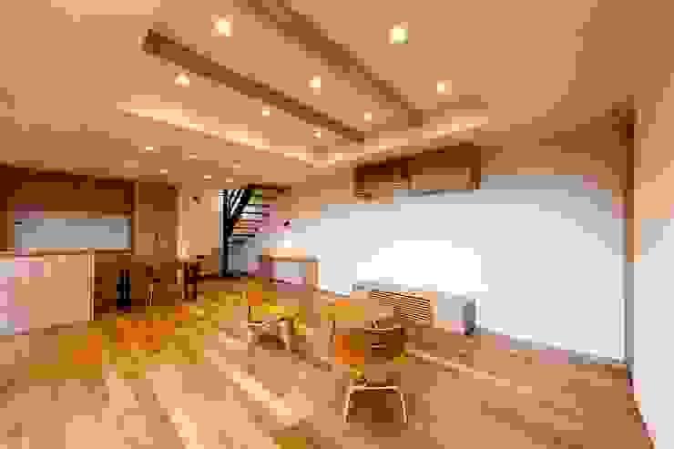 Salones de estilo ecléctico de STaD(株式会社鈴木貴博建築設計事務所) Ecléctico