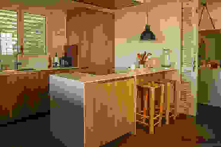 Small kitchens by Xmas Arquitectura e Interiorismo para reformas y nueva construcción en Barcelona,