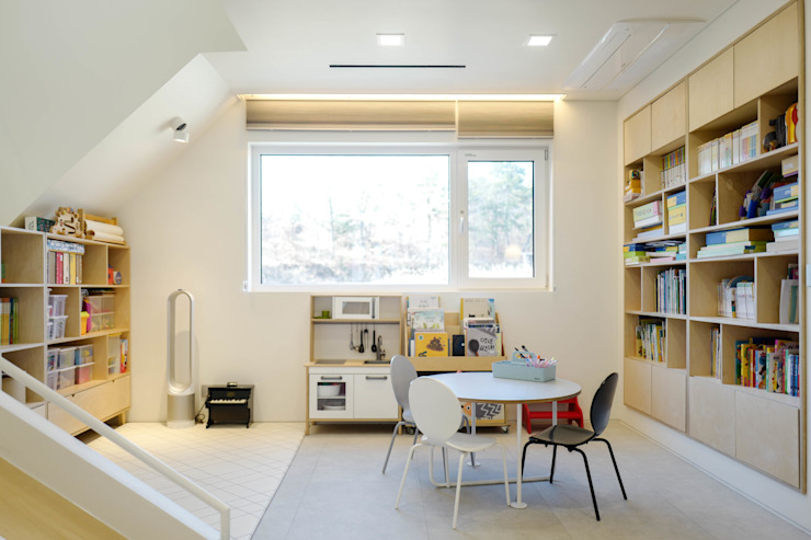 Salas de estilo moderno de 인우건축사사무소 Moderno